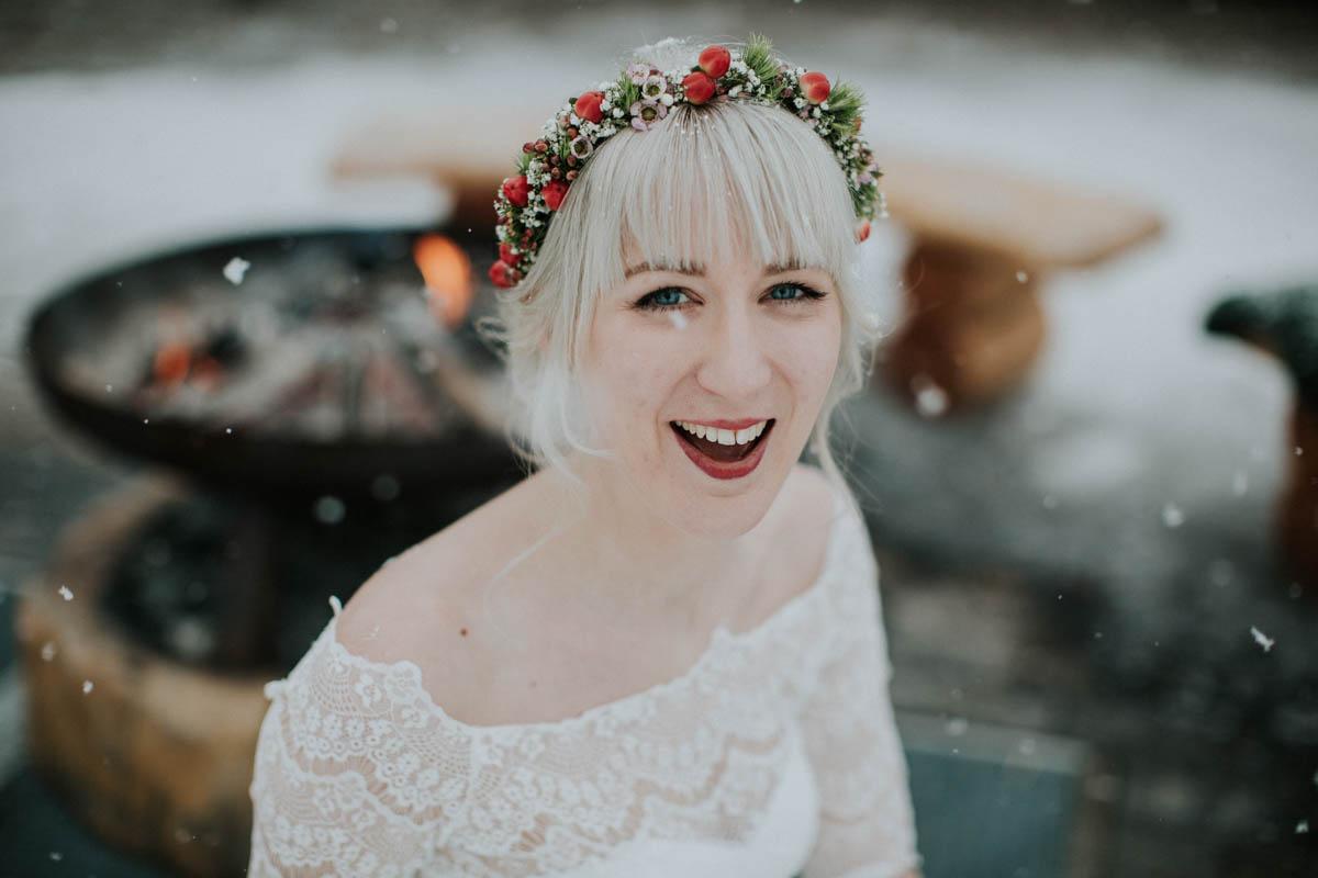 lachende Braut im Schnee