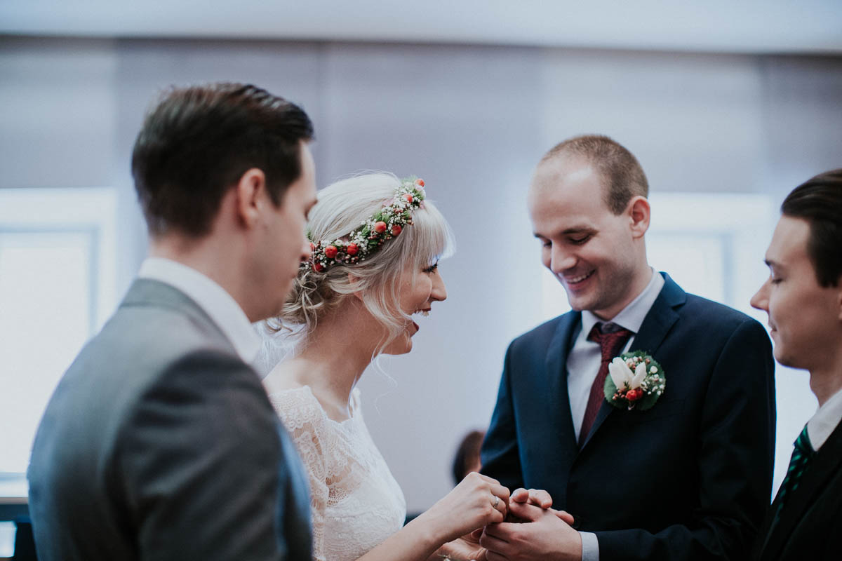 Bräutigam zieht Braut den Ring an