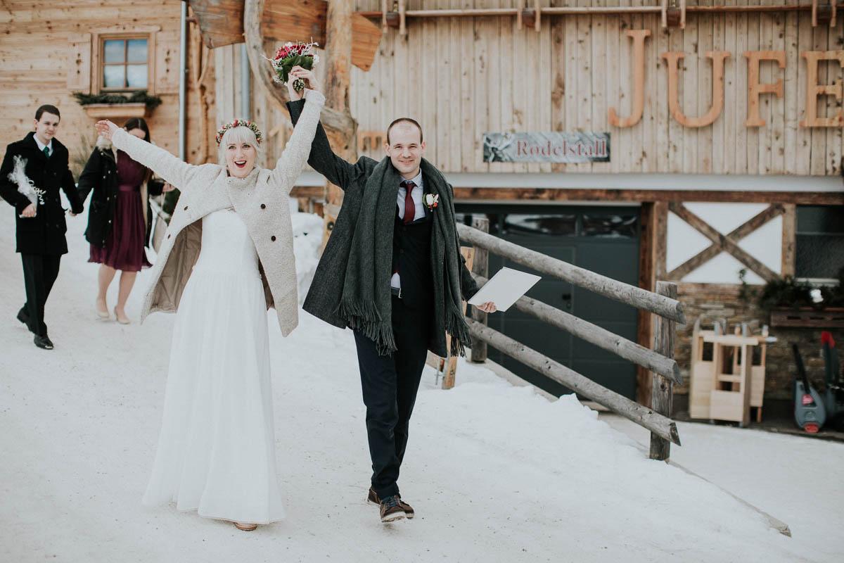 glückliches Brautpaar im Schnee