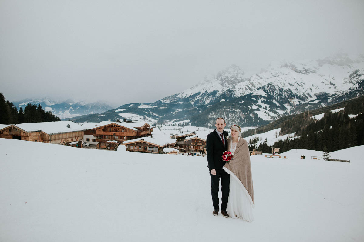 Brautpaar im Schnee auf der Alm