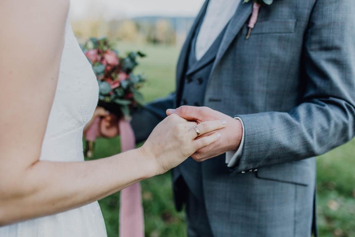 Ehering am Finger der Braut