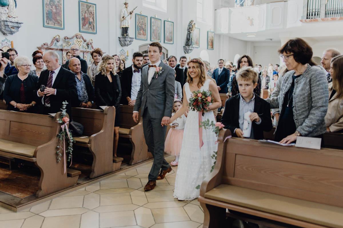 Brautpaar auf dem Weg zur kirchlichen Trauung