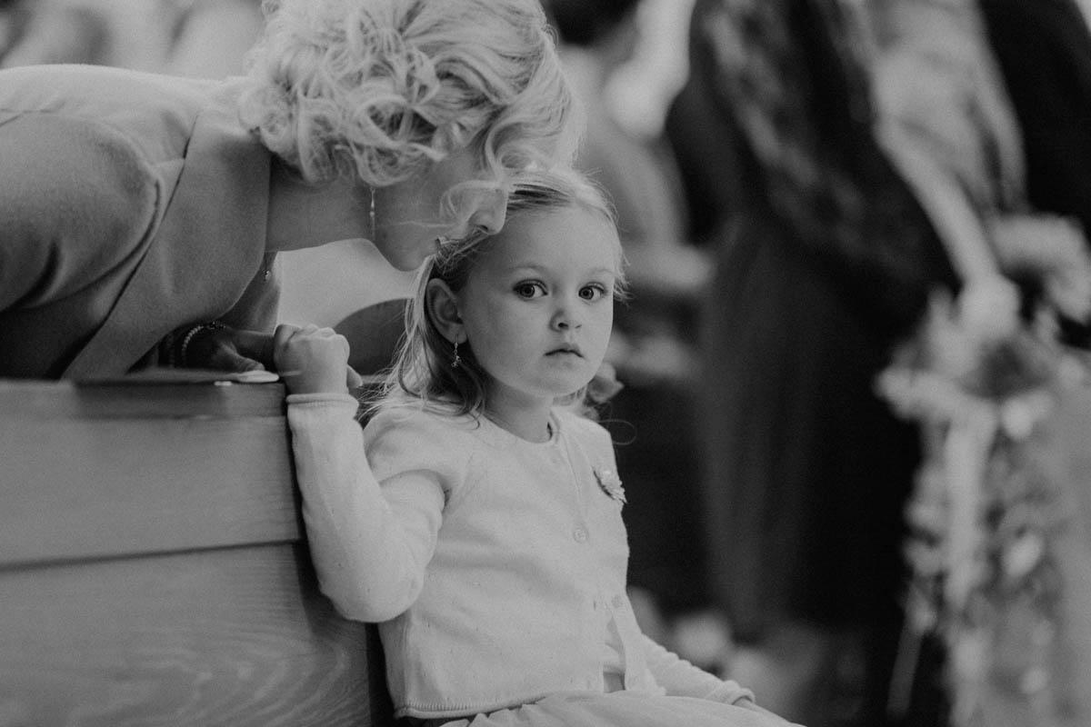 süßes Mädchen bei kirchlicher Trauung
