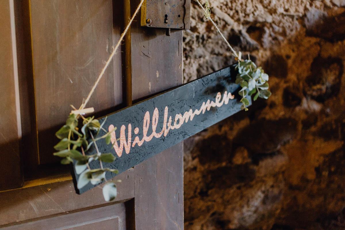 Willkommens-Schild bei Hochzeit in der Scheune