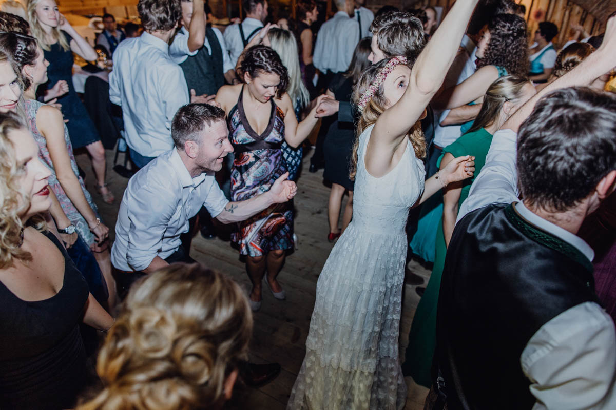Hochzeitsparty auf der Tanzfläche nach kirchlicher Trauung