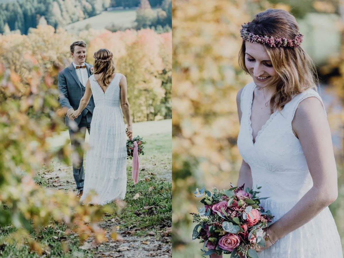 Strahlende Boho Braut mit Brautstrauss