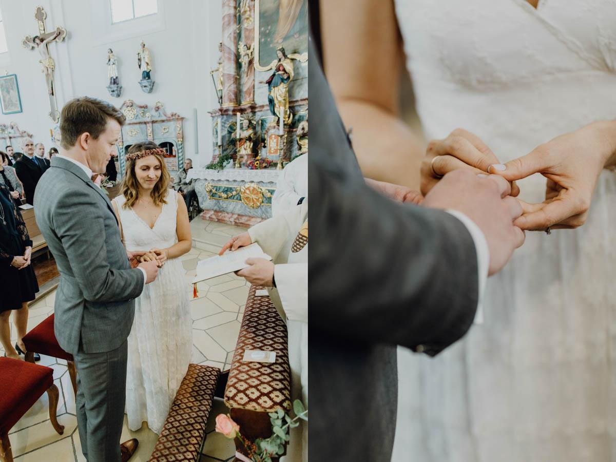 Bräutigam steckt der Braut den Ehering bei kirchlicher Trauung an