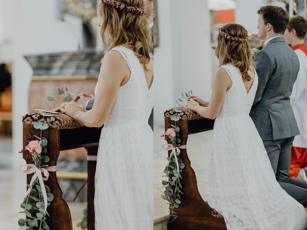 Brautpaar kniet bei kirchlicher Trauung
