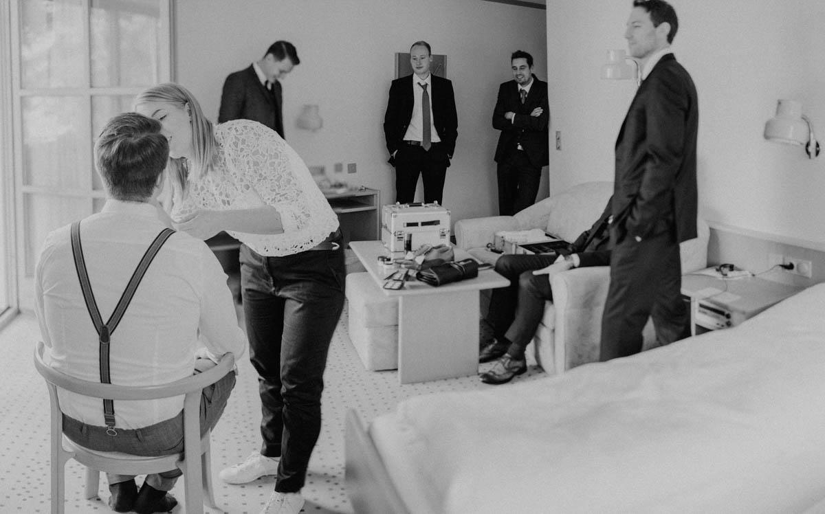 Bräutigam beim getting ready