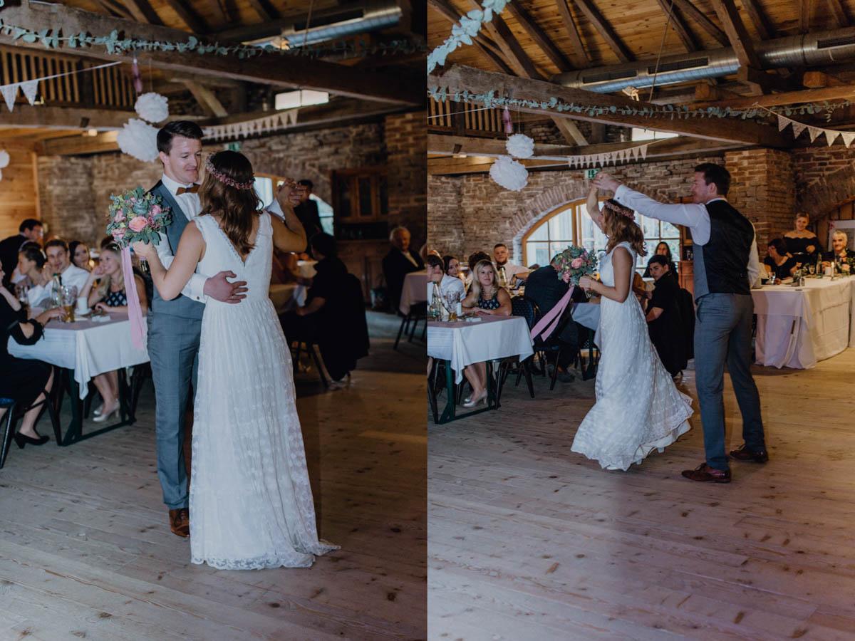 Brautpaar tanzt bei Scheunenhochzeit