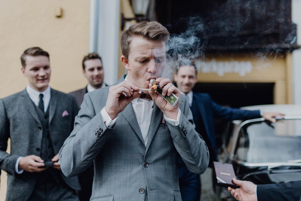 Bräutigam macht sich Zigarre an