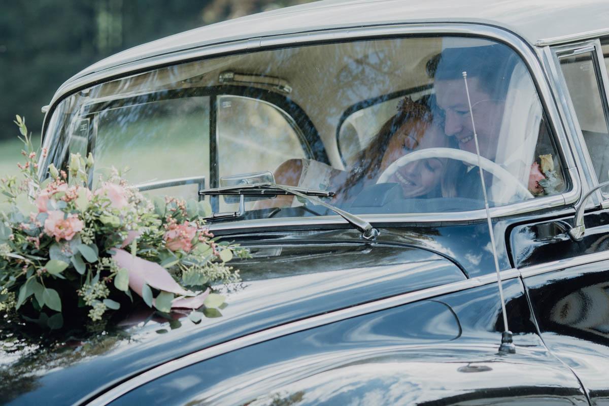 Brautpaar verliebt im Auto