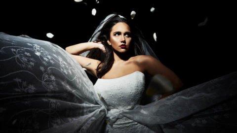 Trägerloses Plus Size Hochzeitskleid mystisch inszeniert