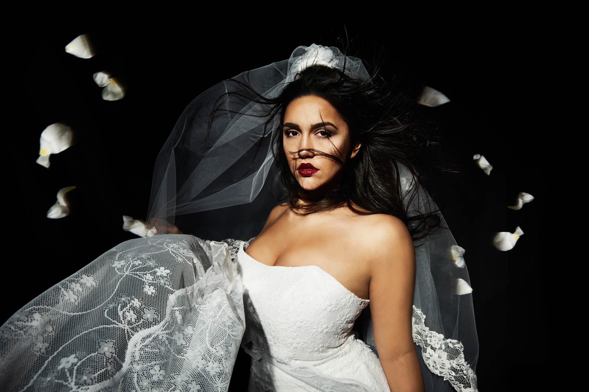 trägerloses Plus Size Brautkleid an brünetter Schönheit