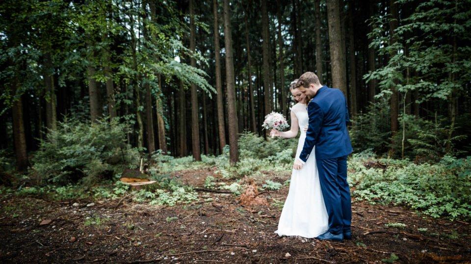 Hochzeit im September mit Brautpaar im Wald