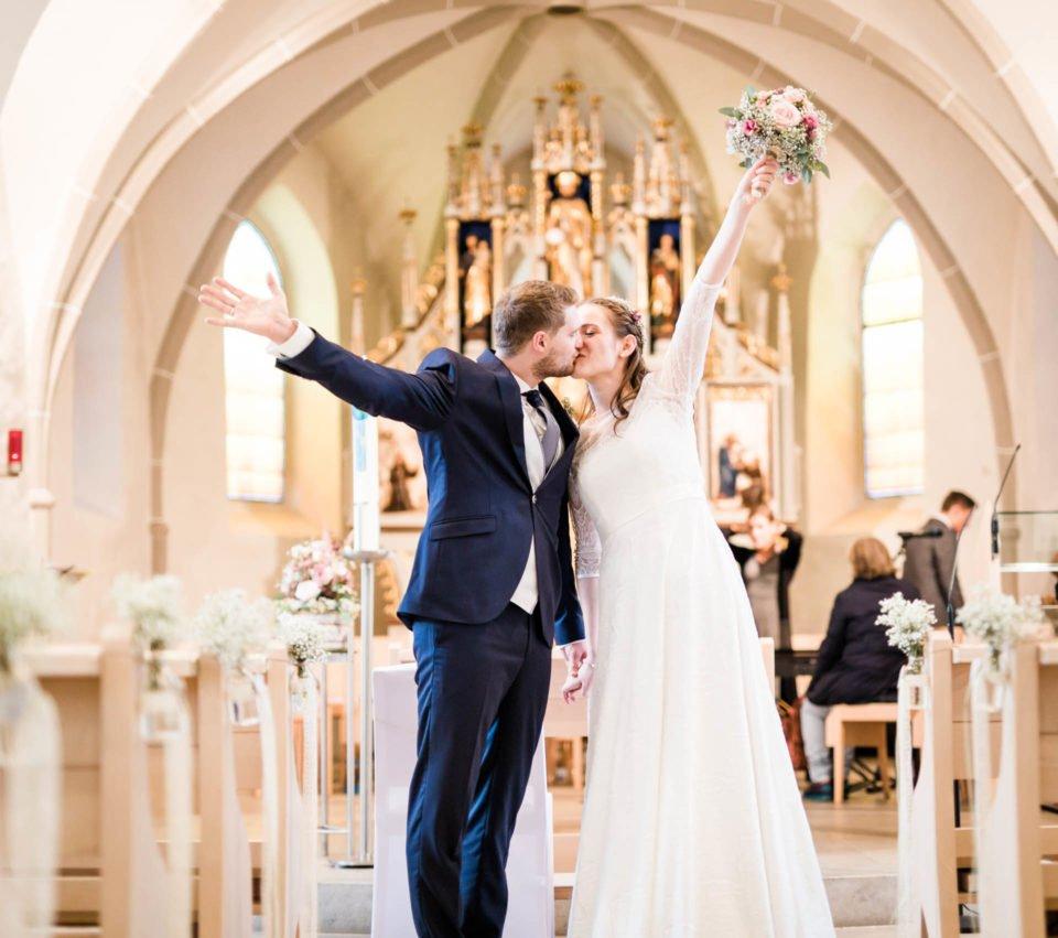 Kuß des Brautpaares in der Kirche