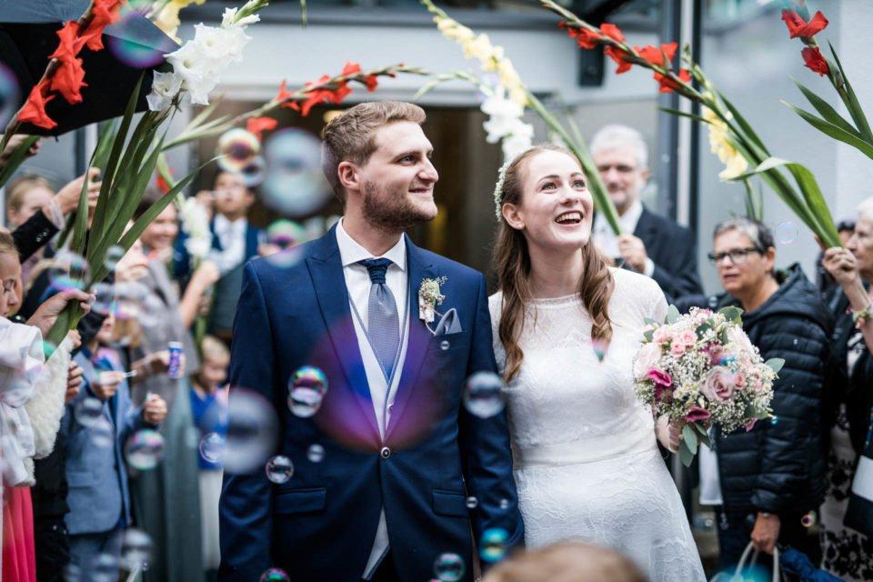 Brautpaar nach der Kirche im Blumenspalier