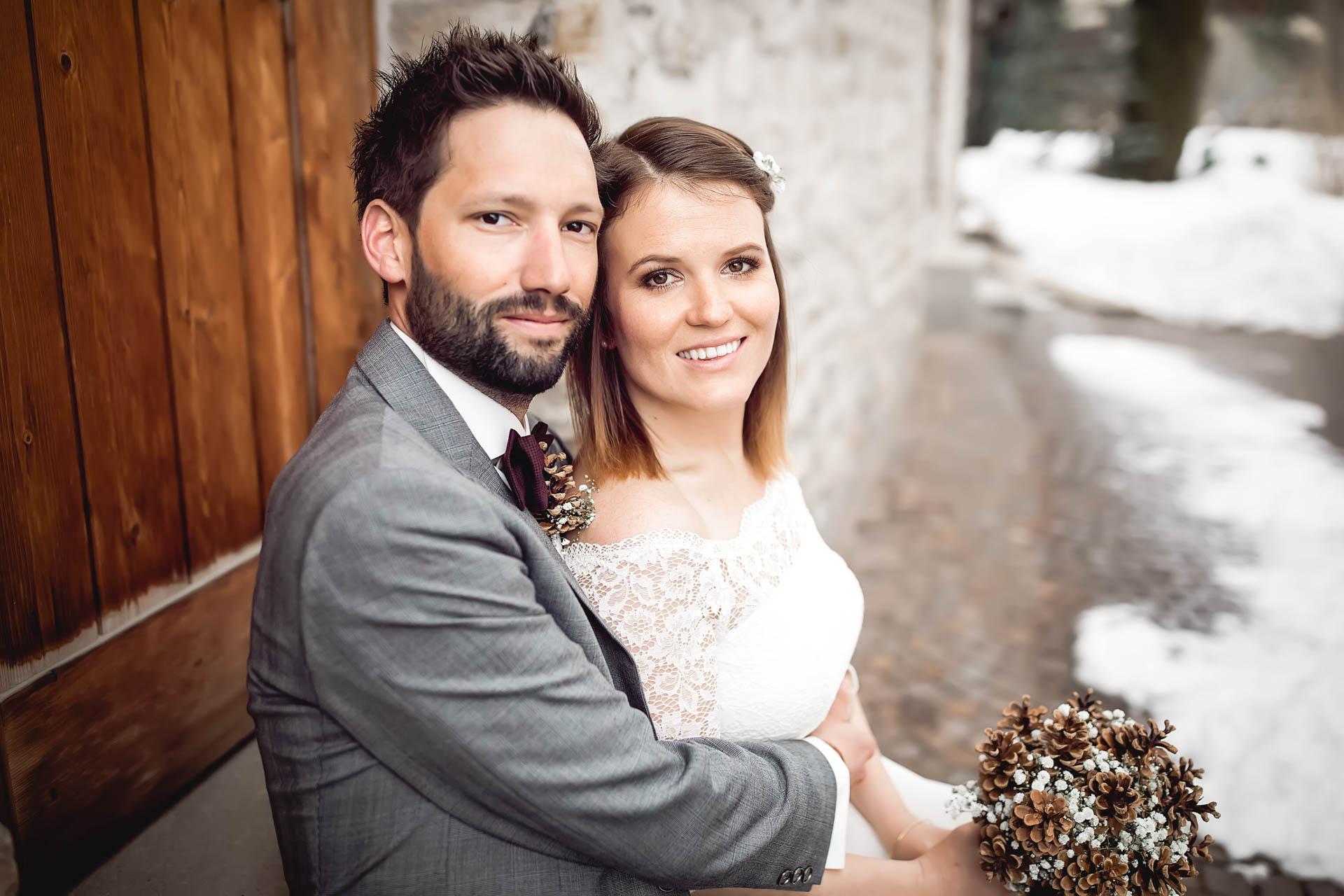 Winterhochzeit in den Bergen mit verliebtem Brautpaar