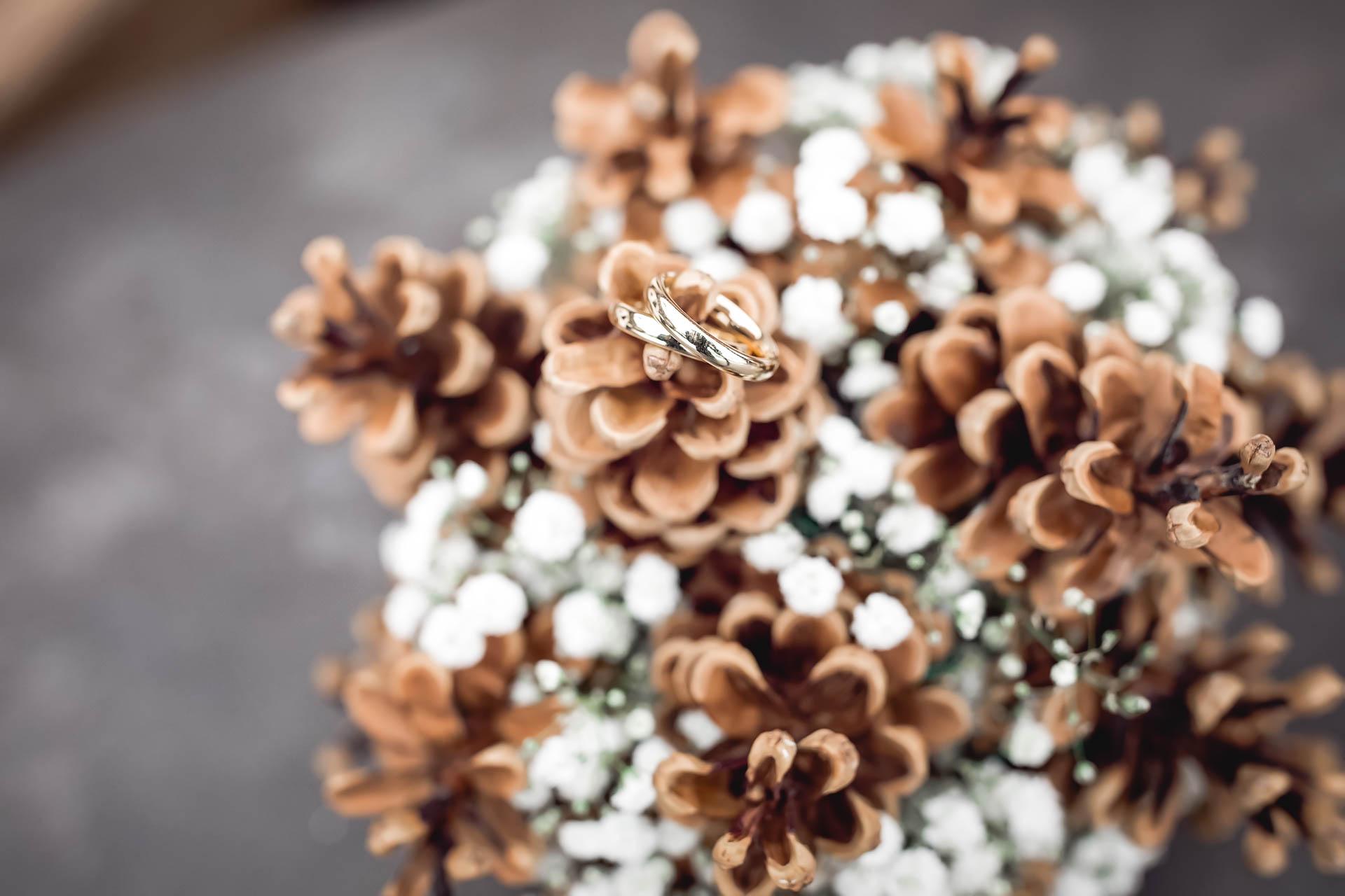 winterlicher Brautsstrauß mit Ringen