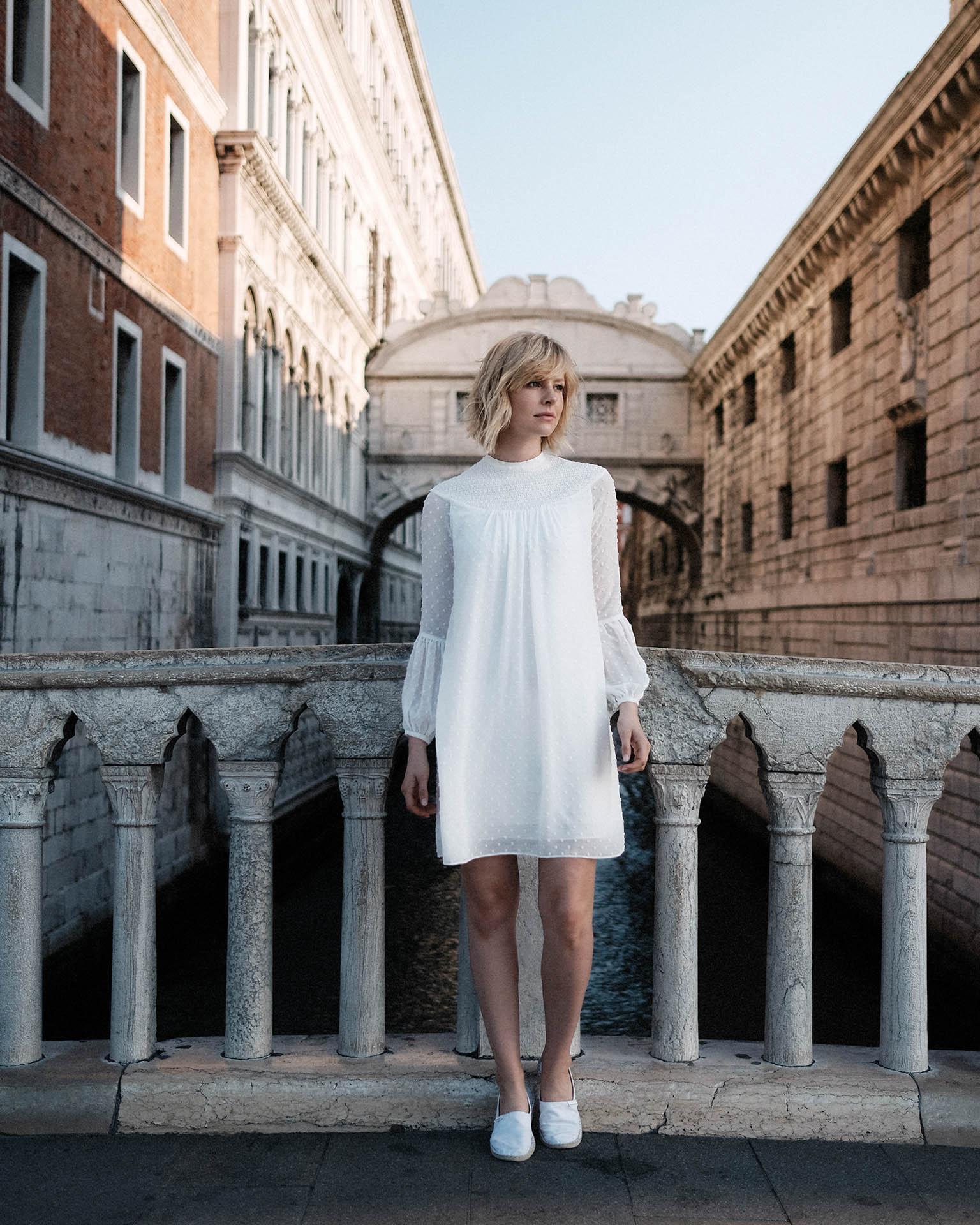 kurzes Sommer Brautkleid auf Brücke in Venedig