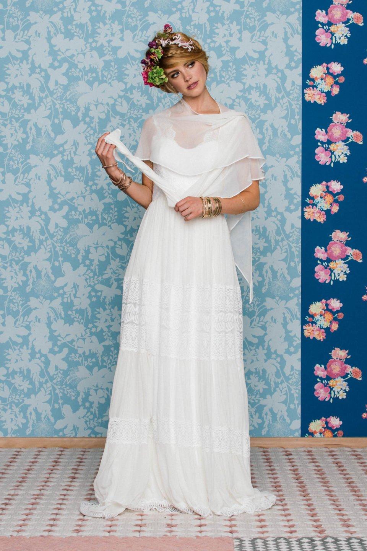 Boho Hochzeitskleid mit Tuch und Blumen im Haar