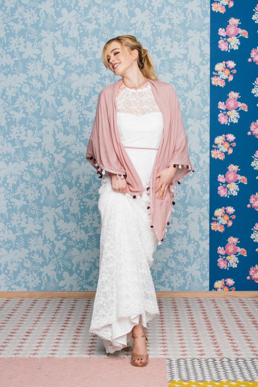 Figurbetontes Brautkleid mit rosa Brautaccessoires