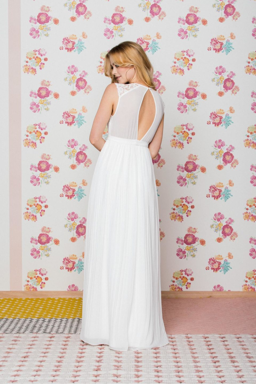 Hochgeschlossenes Brautkleid mit Rückenschlitz