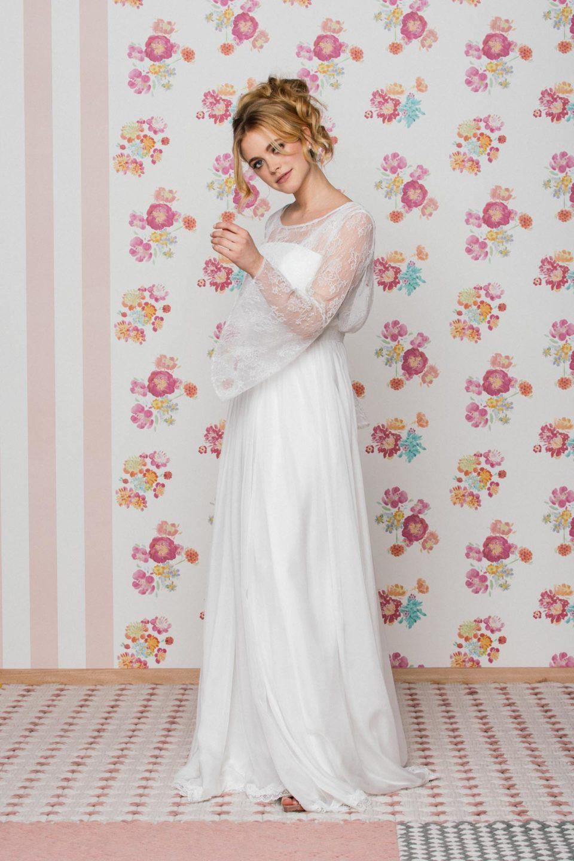 Brautkleid mit Trägern und Brautbolero mit Trompetenärmel