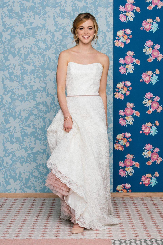 Brautkleid schulterfrei mit Corsage, Petticoat und Gürtel