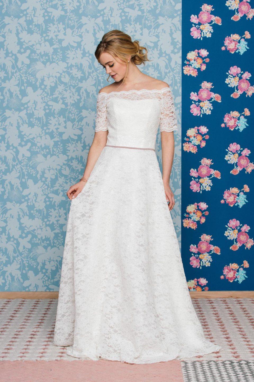 Schulterfreies Brautkleid mit Carmenbolero kombiniert