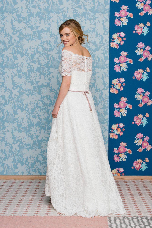 Schulterfreies Brautkleid mit weitem Rock in toller Vintage Spitze