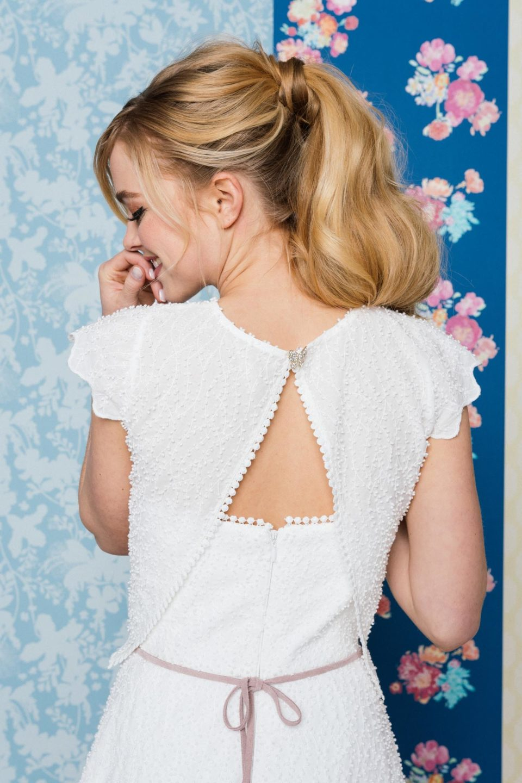 Trägerloses Brautkleid mit Brautbolero von hinten