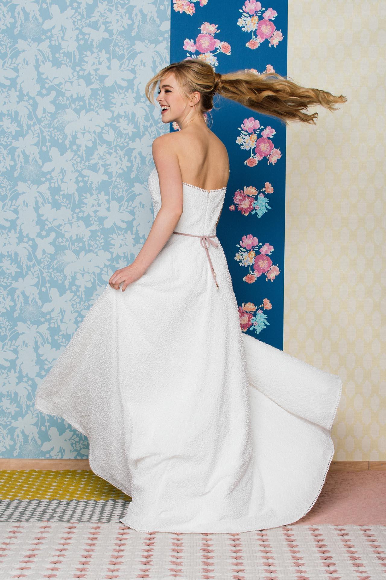 Trägerloses Hochzeitskleid mit besonderer Kügelchenspitze