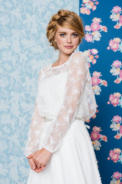 Trägerloses Hochzeitskleid mit Spitzenbolero
