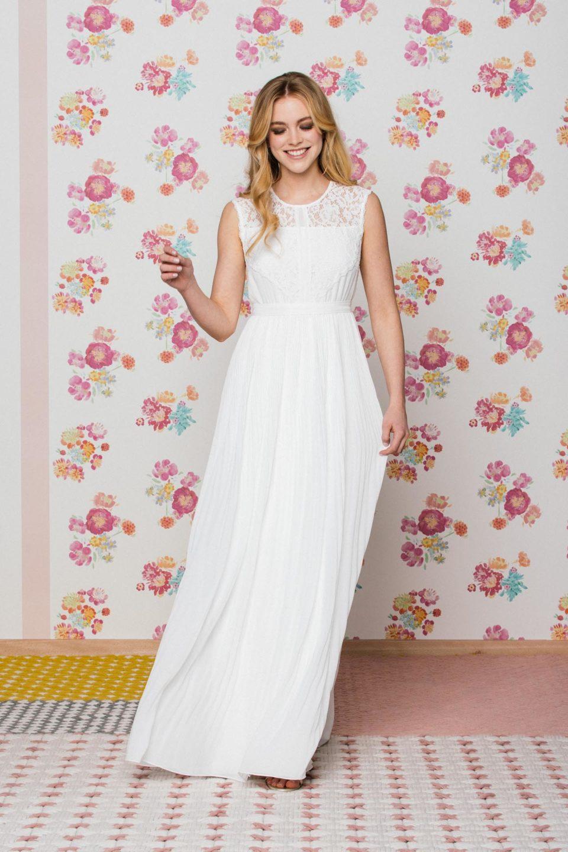 Hochgeschlossenes Brautkleid mit breiten Trägern