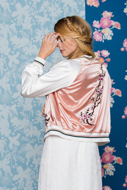 Rückenfreies Brautkleid mit Brautblouson