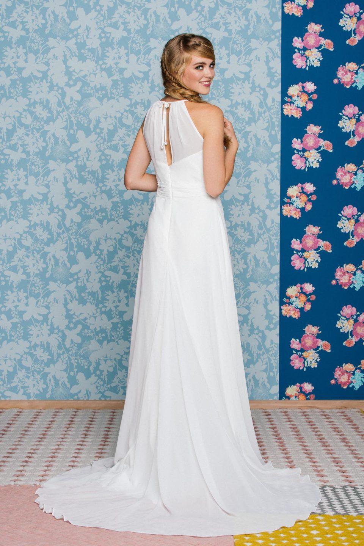 Schlichtes Brautkleid - schmal und elegant mit Schleppe