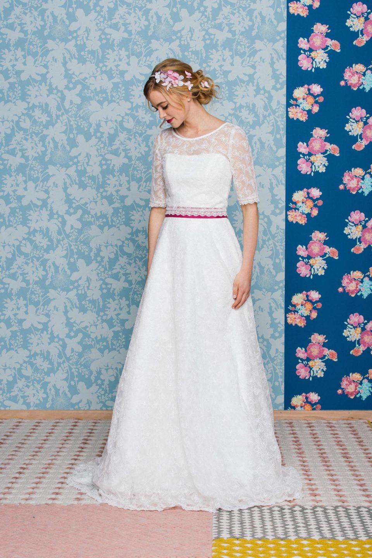 Schönes Brautkleid mit Schmetterlingsspitze und Brautbolero