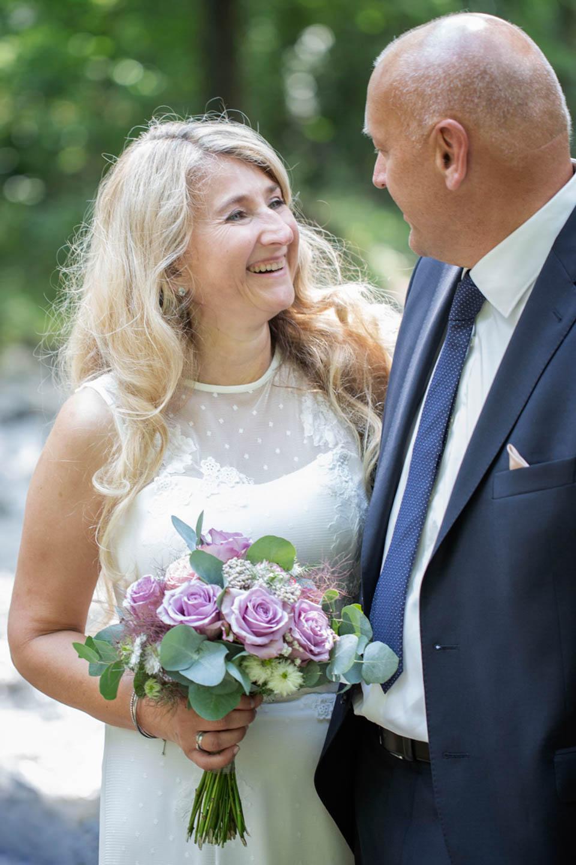 Hochzeit über 14 – reife Braut im Brautkleid mit Spitzenapplikationen
