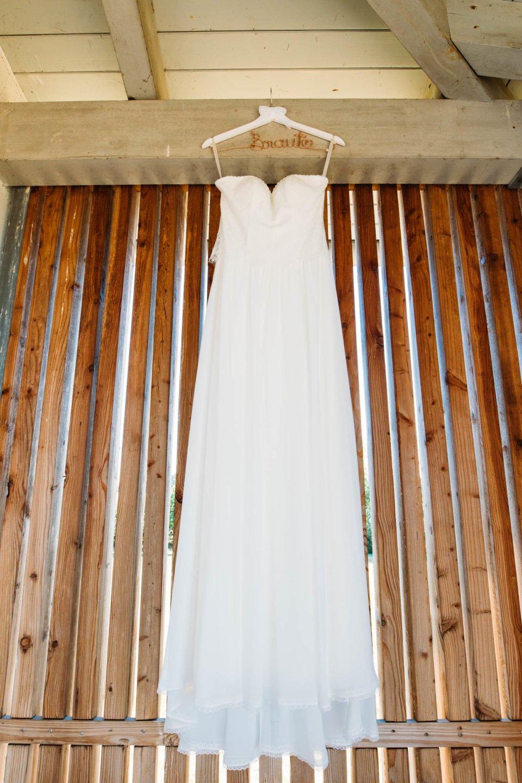 Brautkleid im Vintage Stil hängt bereit für die Sommerbraut