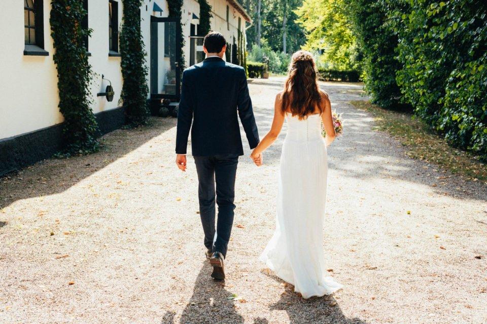 Brautpaar von hinten bei Hochzeit im Hochsommer
