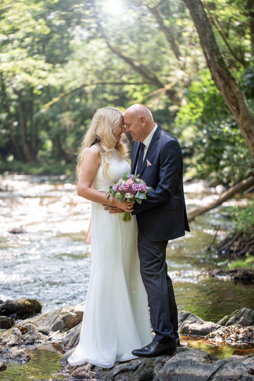 Hochzeit über 18 – reife Braut im Brautkleid mit Spitzenapplikationen