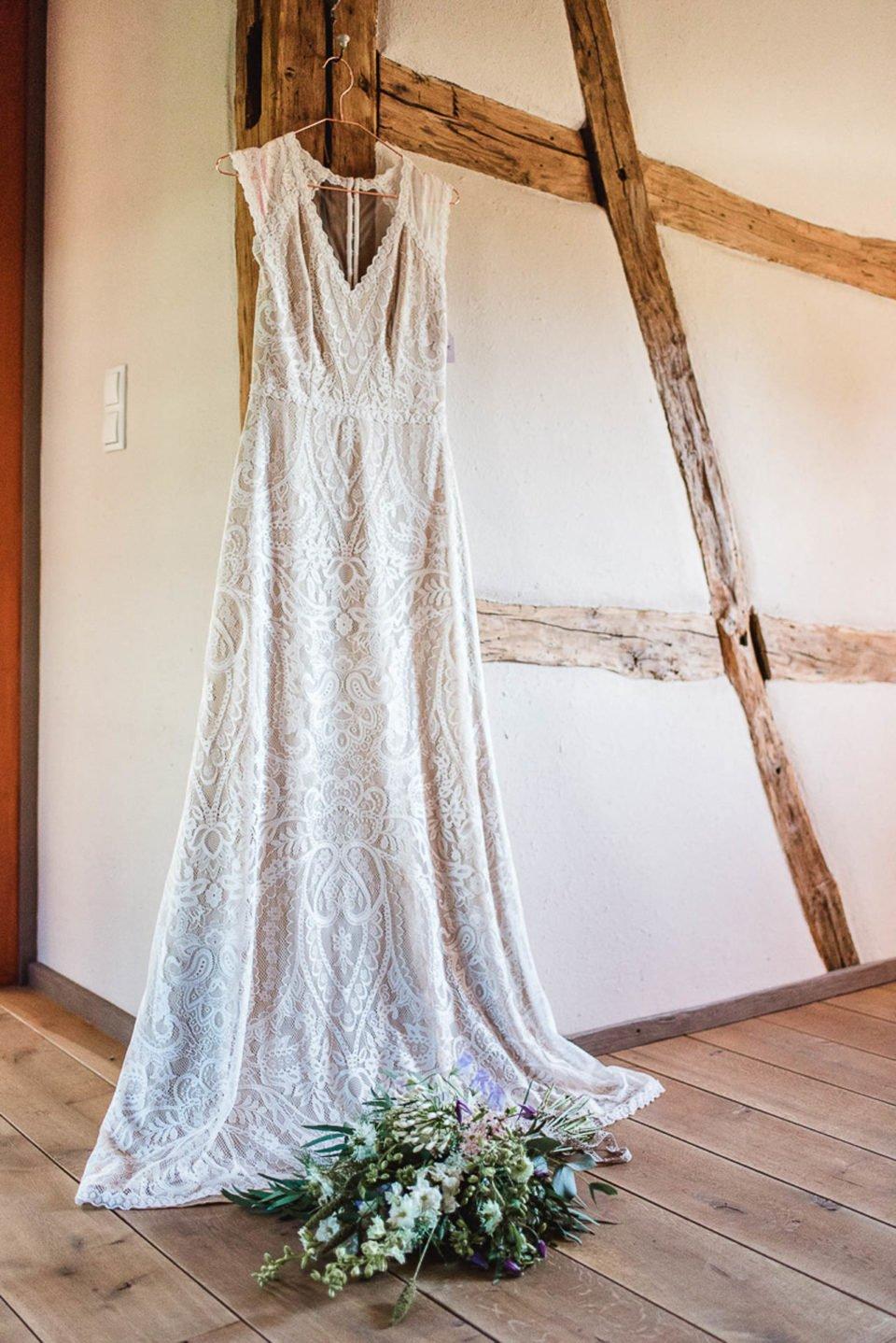 Brautkleid in Nude wartet auf die Boho Braut beim getting ready