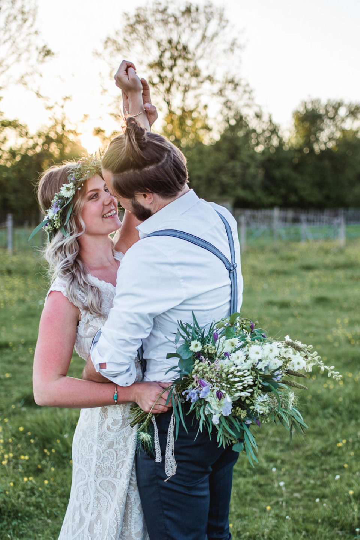Boho Brautpaar auf der Wiese