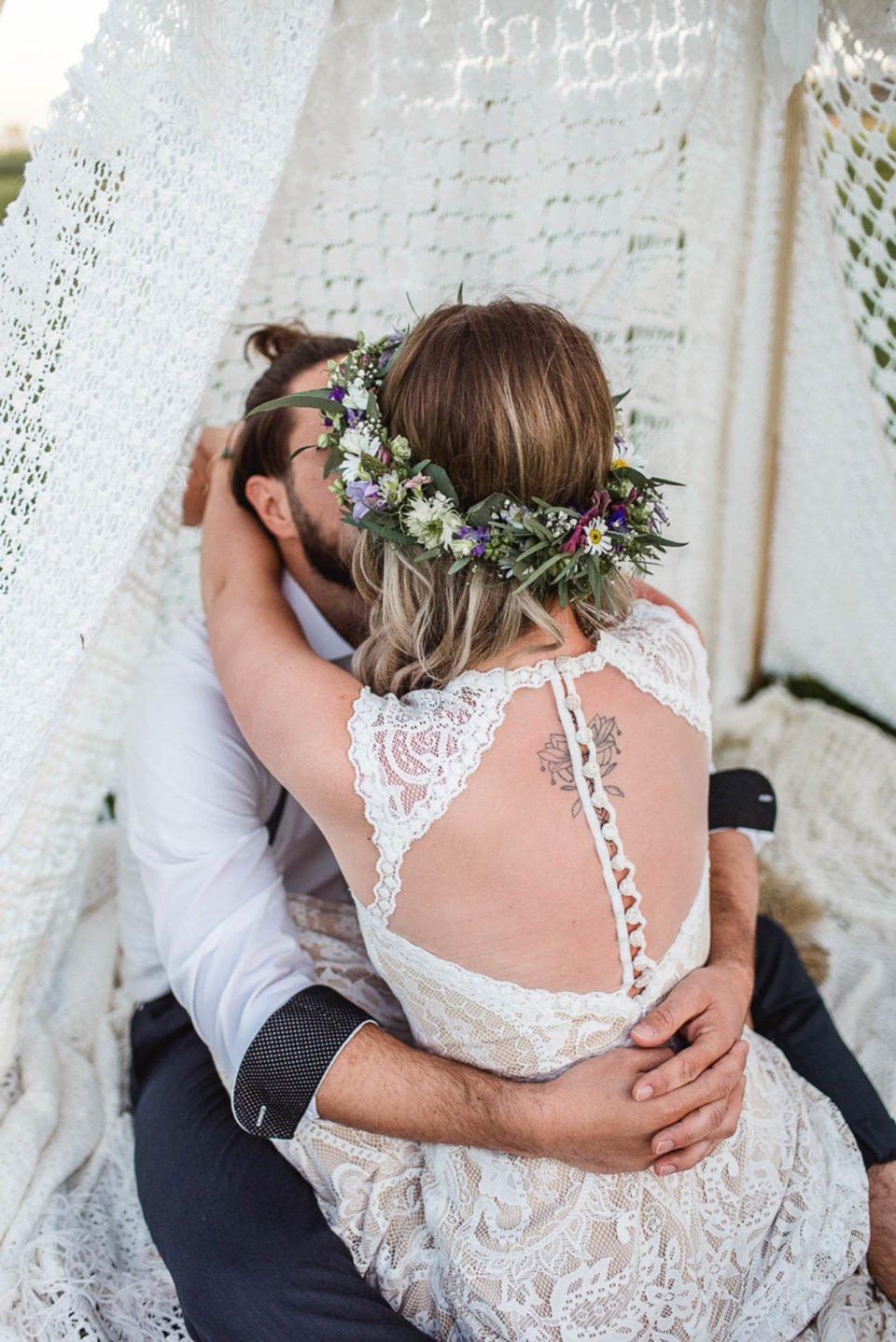 Boho Braut mit rückenfreiem Brautkleid von hinten