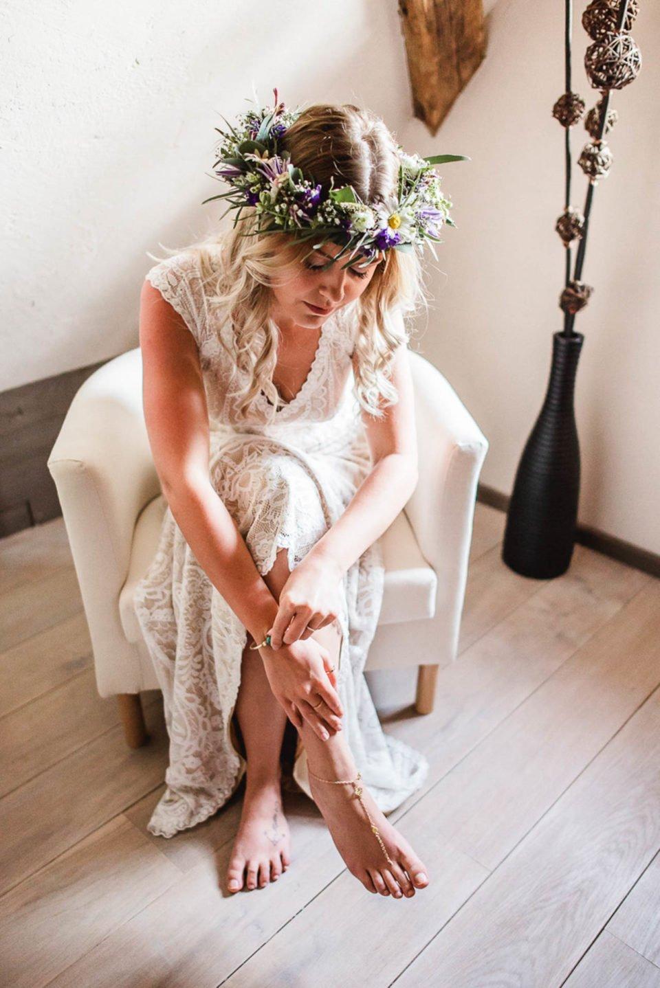 Boho Braut mit floralem Haarkranz