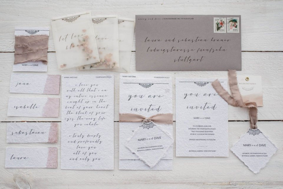 Natürliche Boho Hochzeitspapeterie auf Kraftpapier