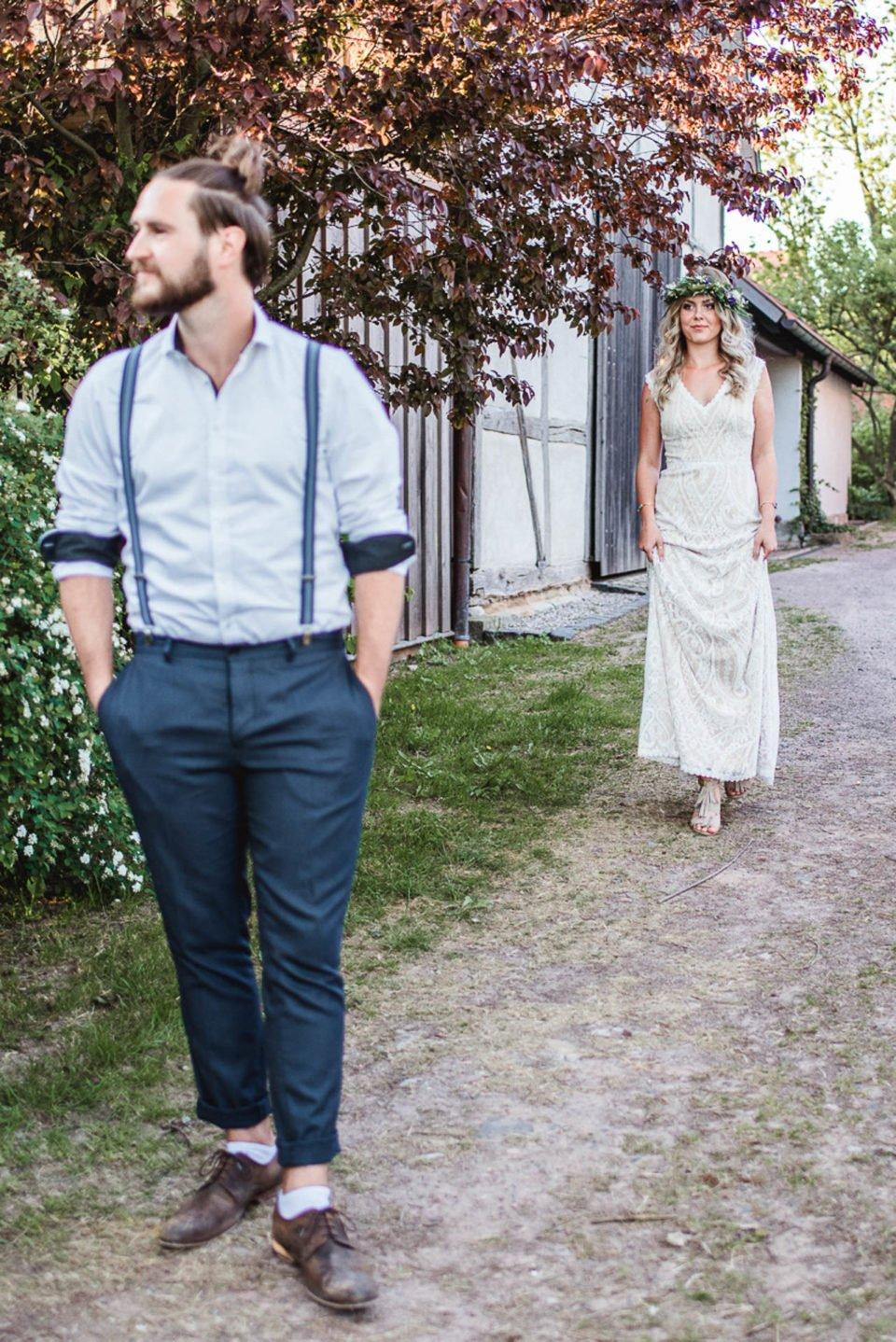 Bräutigam wartet auf die Boho Braut für den first Look
