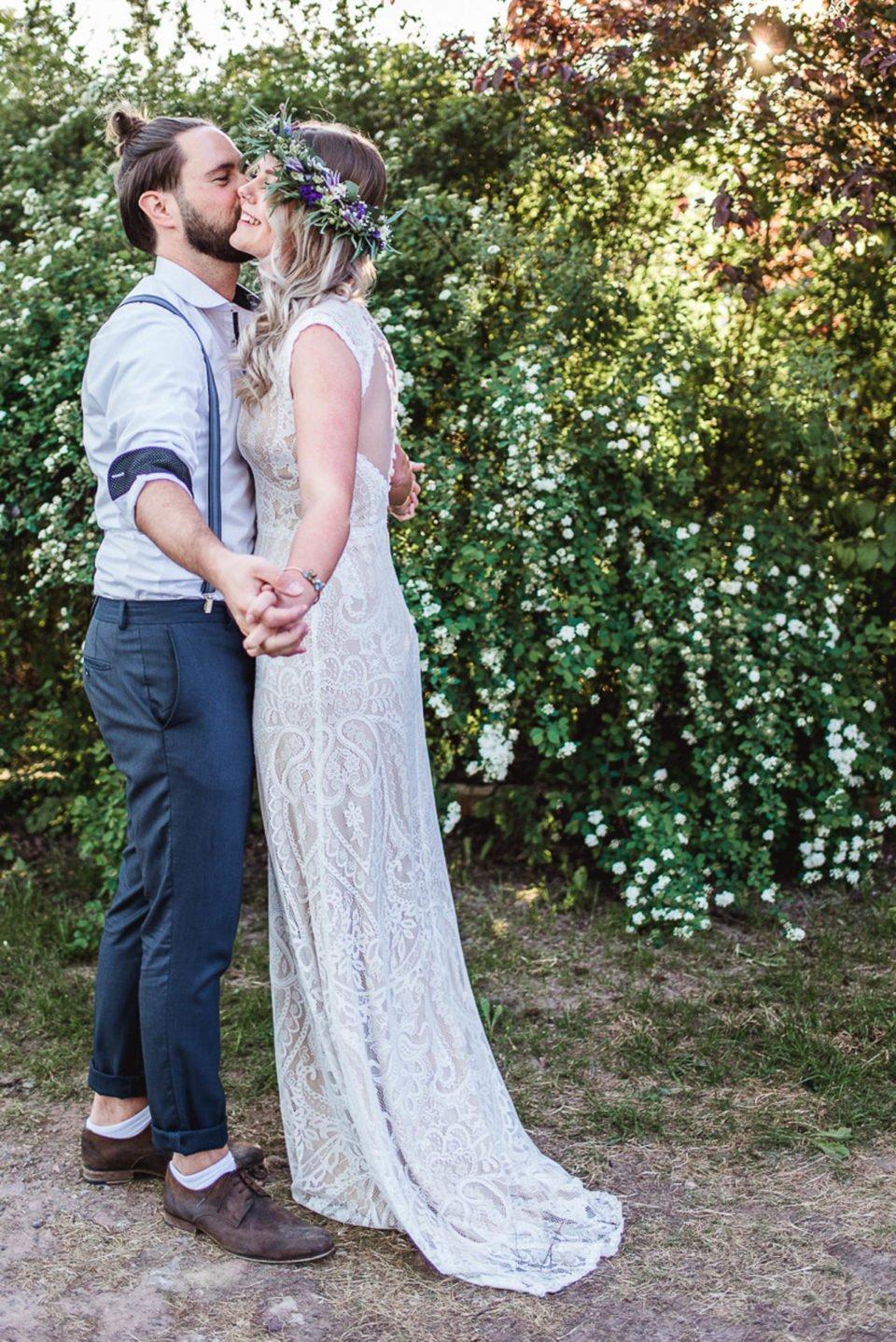 Boho Brautpaar umarmt sich glücklich