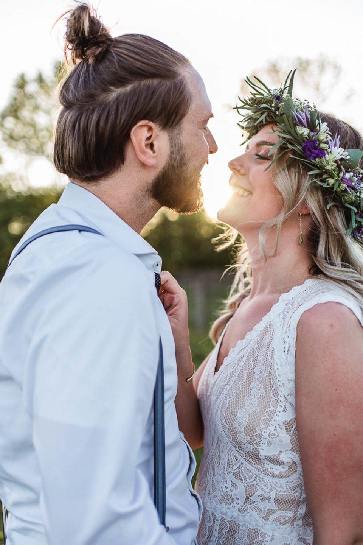 Brautpaar strahlt sich bei untergehender Sonne an